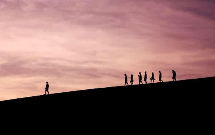 Groupe de personnes marchant en file indienne